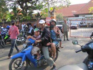 Met het hele gezin op de scooter