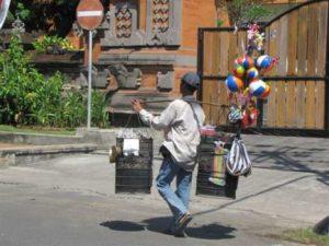 Straatverkoper op Bali